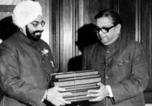 Image of B P Mandal submitting his report to President Giani Zail Singh